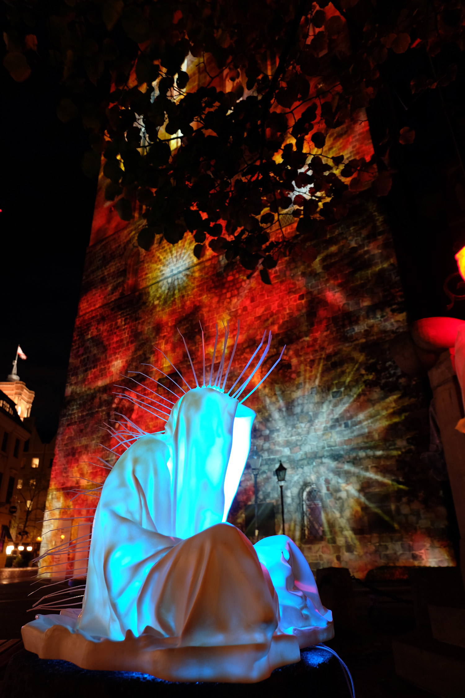festival-of-lights-berlin-light-art-show-fine-arts-contemporary-art-design-modern-sculpture-statue-ghost-faceless-glow-lumina-8970