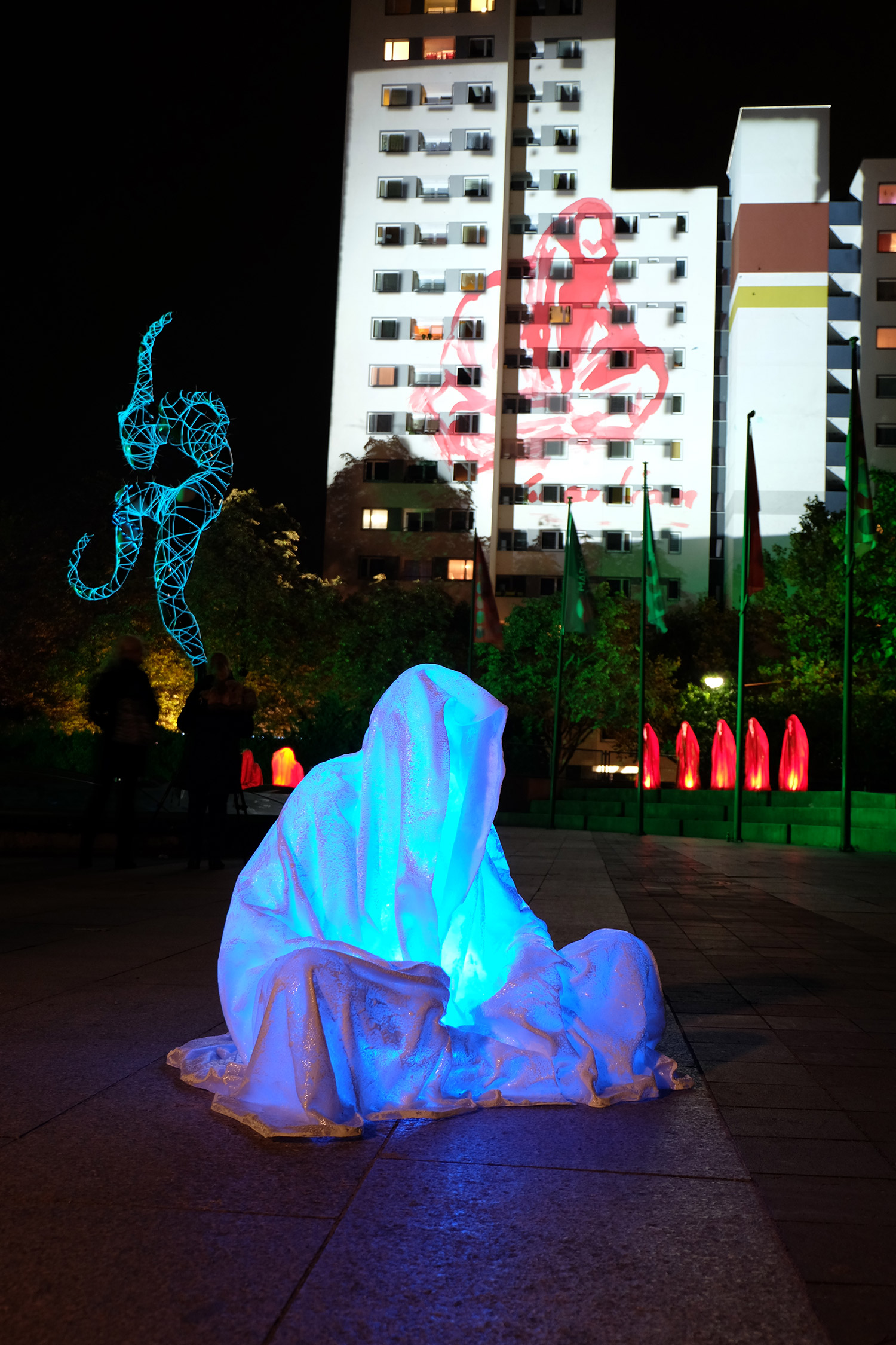 festival-of-lights-berlin-light-art-show-ilumination-lumina-glow-fine-art-modern-design-contemporary-sculpture-statue-ghost-faceless-9104