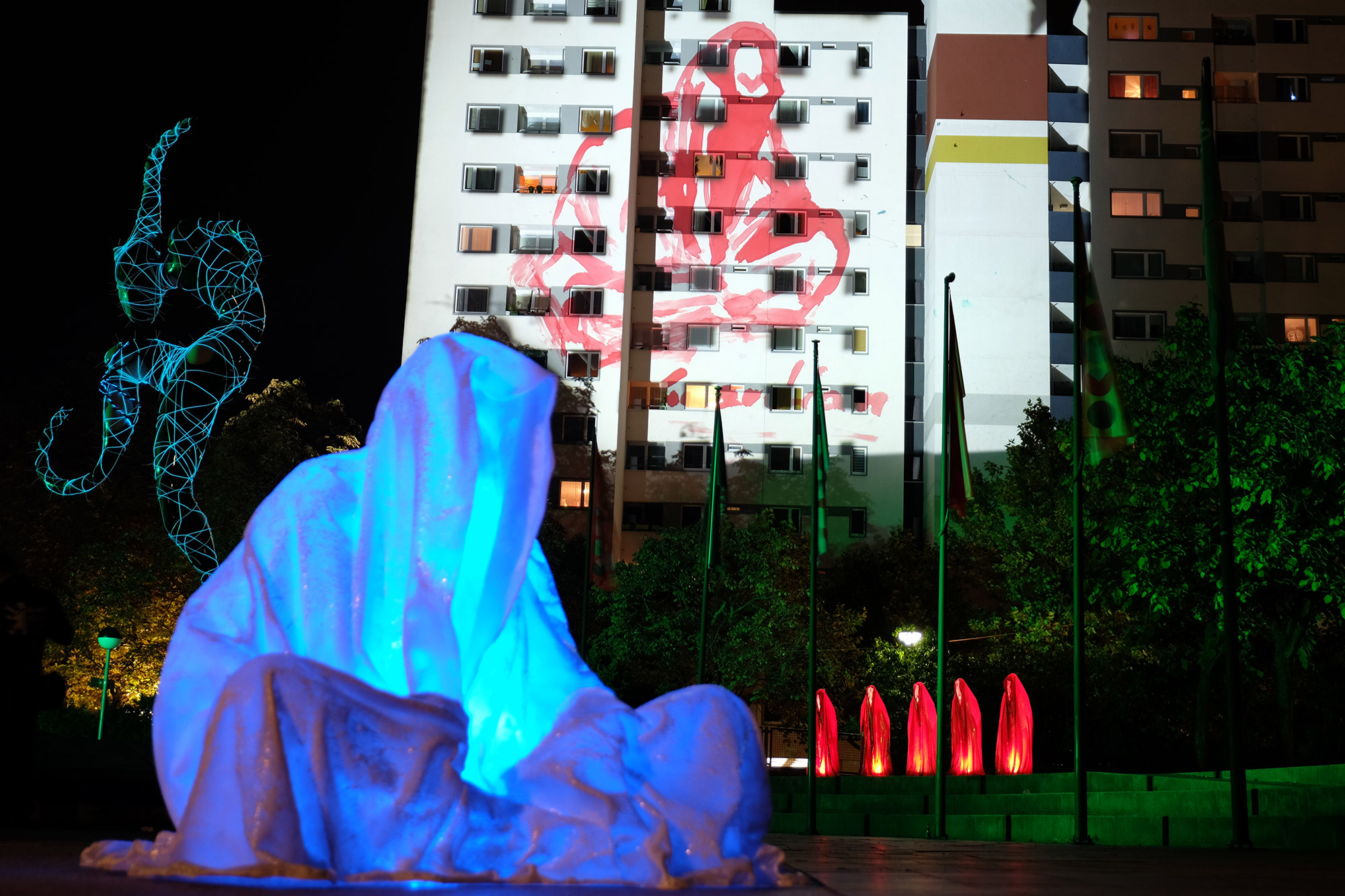 festival-of-lights-berlin-light-art-show-ilumination-lumina-glow-fine-art-modern-design-contemporary-sculpture-statue-ghost-faceless-9112
