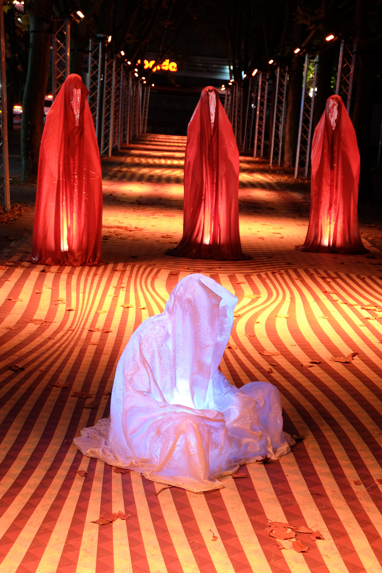 festival-of-lights-berlin-light-art-show-ilumination-lumina-glow-fine-art-modern-design-contemporary-sculpture-statue-ghost-faceless-9152