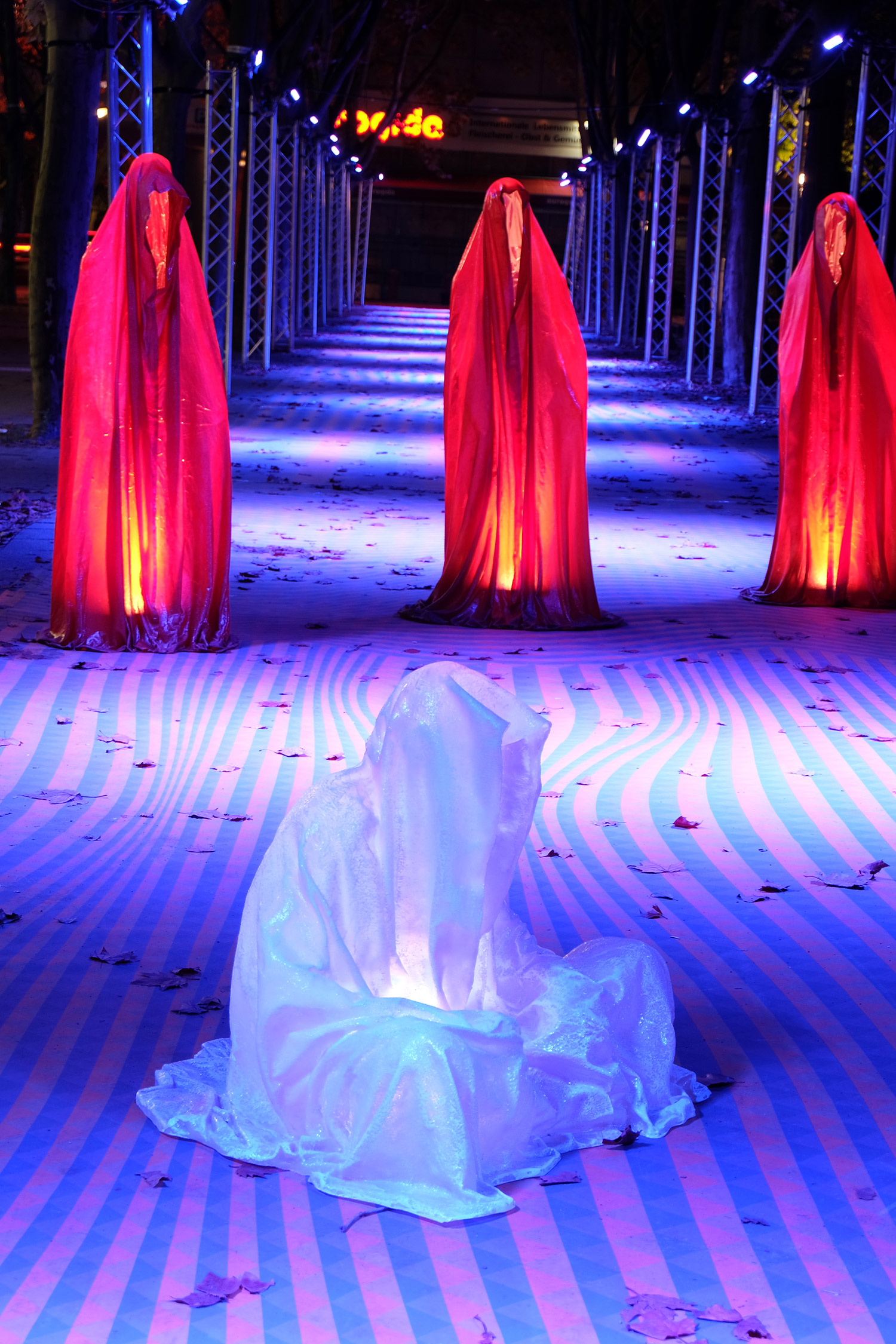 festival-of-lights-berlin-light-art-show-ilumination-lumina-glow-fine-art-modern-design-contemporary-sculpture-statue-ghost-faceless-9162