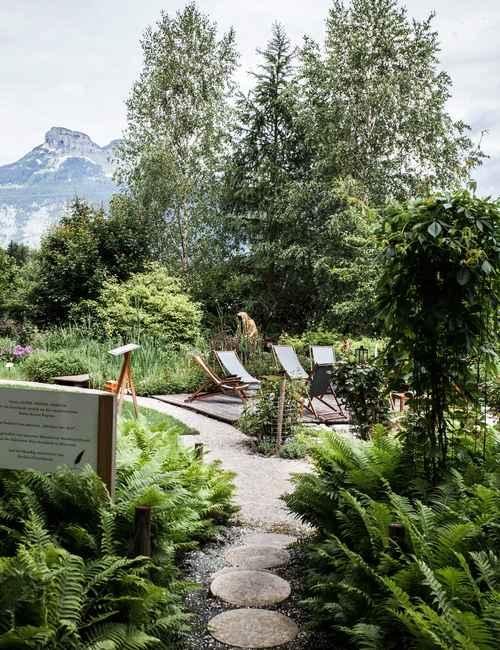 alpenwortegarten-wasnerin-guardians-of-time-manfred-kili-kielnhofer-contemporary-art-sculpture-statue-ghost-faceless-fineart-arts-arte-design-theater-installation-nature-aussee-austria